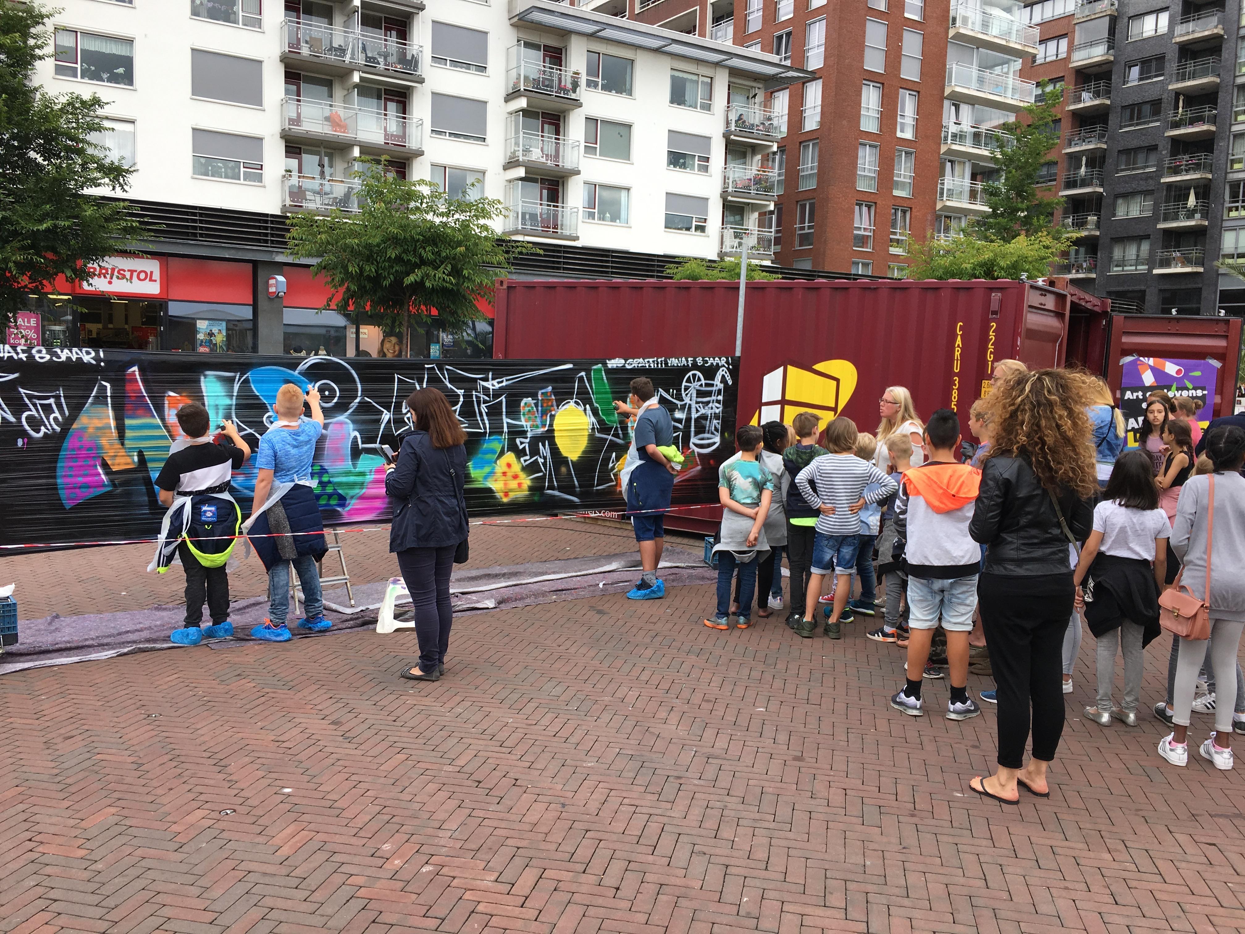 Kinderen tijdens graffiti Open inloop workshop Music Art Lemonade